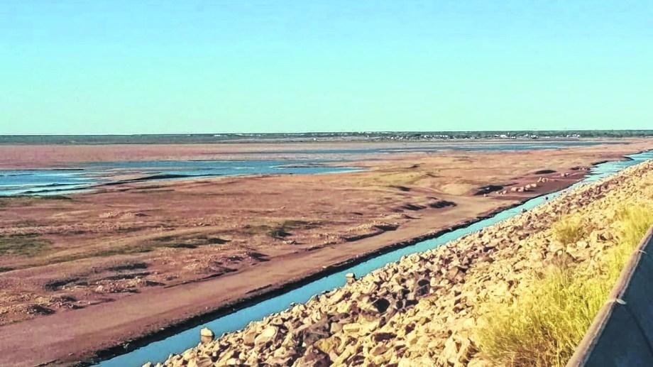 """A raíz del bajo nivel del Colorado se está priorizando la demanda para el consumo y el riego. (Foto gentileza """"La Arena"""")"""