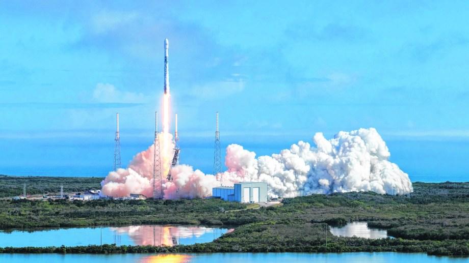 El cohete Falcon 9 en una de sus últimas misiones. Tiene en su historial 80 vuelos exitosos hacia el espacio.