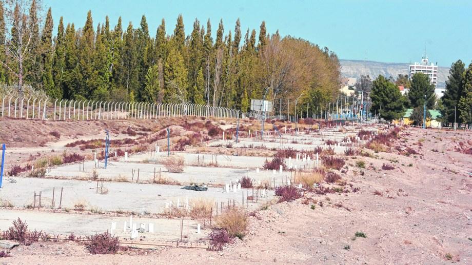 El predio de Avenida Roca y Evita, donde se construyeron apenas algunas plateas. El proyecto debe ser redefinido y Nación prometió el viernes pasado que lo haría.