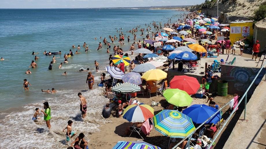 Hoy, viernes, a las 15,57 hs la marea llegará a las 8,96 metros en Las Grutas. Foto Martín Brunella