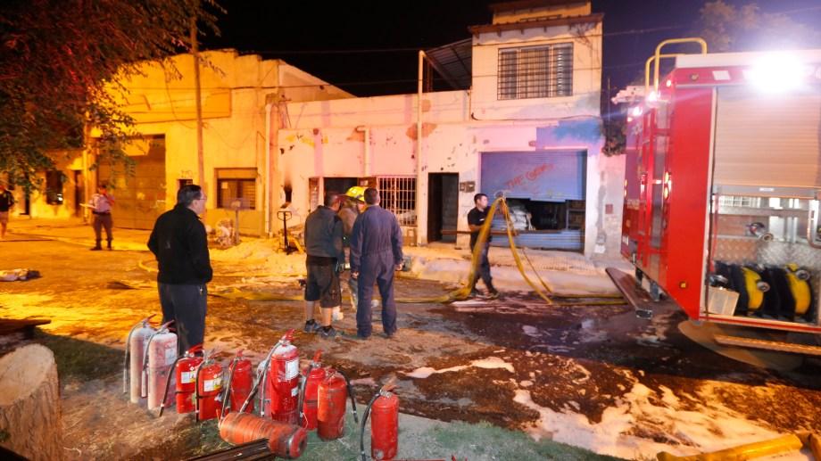 dos bomberos fueron afectados por los químicos del depósito. (Juan Thomes).-
