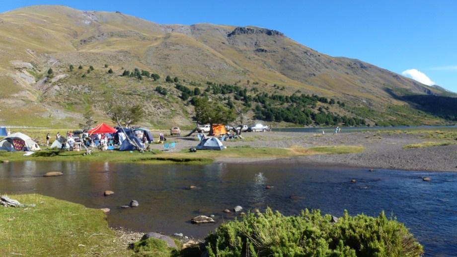 El arroyo y la laguna Vaca Lauquen, entre cerros y montañas en el norte neuquino. Foto: Campa Club.
