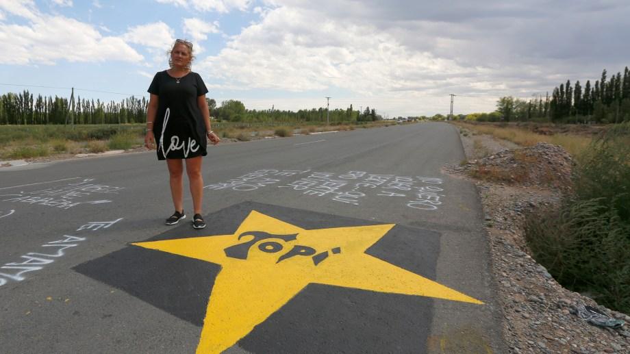 Danisa Urrutia, viuda de Ángel Cabrera, quien murió el jueves pasado en un tramo no habilitado de la Ruta 22, convocó a una protesta. (Foto: Juan Thomes.-)