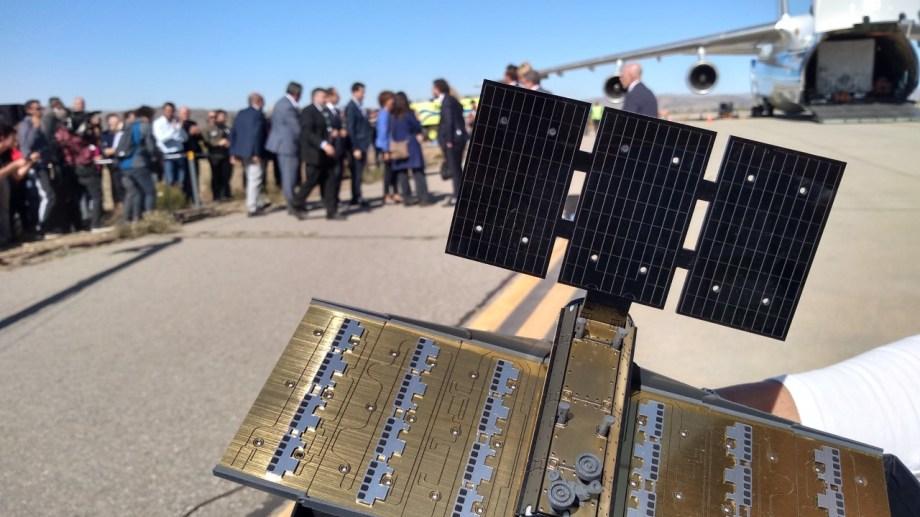Una réplica en miniatura del Saocom 1B con antena desplegada.