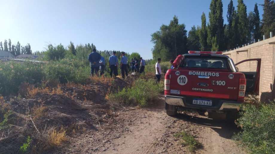 el cuerpo de la joven fue hallado en el canal de riego, cerca del cementerio. (Gentileza Bomberos Centenario).-