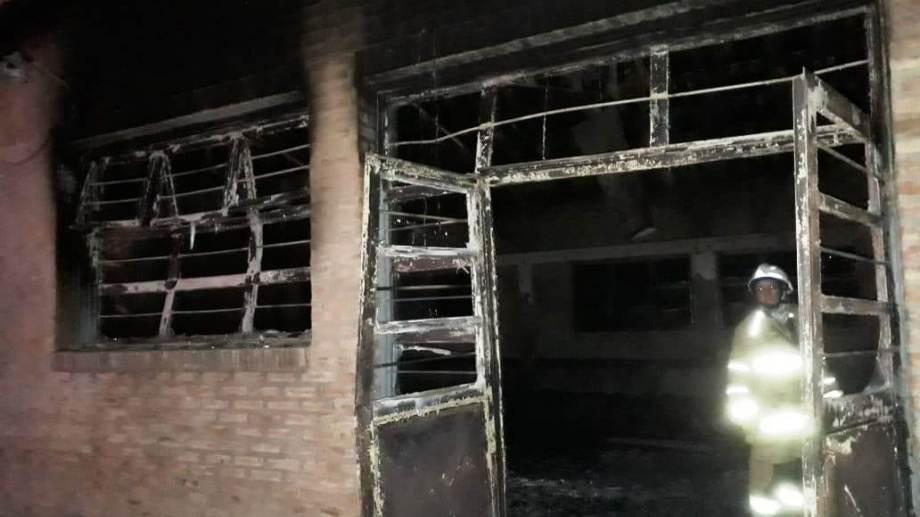 El incendio afectó gran parte del único secundario de Picún Leufú. (Gentileza).-