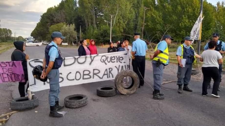 Las mujeres cortaron la Ruta 7 en reclamo del pago total de sus indemnizaciones. (Gentileza Radio Chañar).-