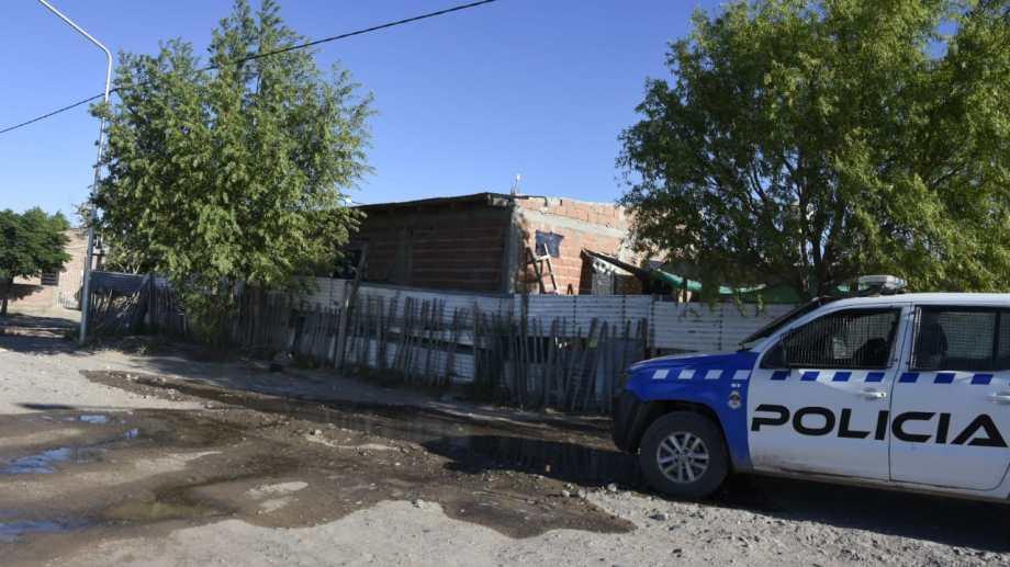 Un policía baleó a un joven anoche en la toma Las Florcitas. (Juan Thomes).-