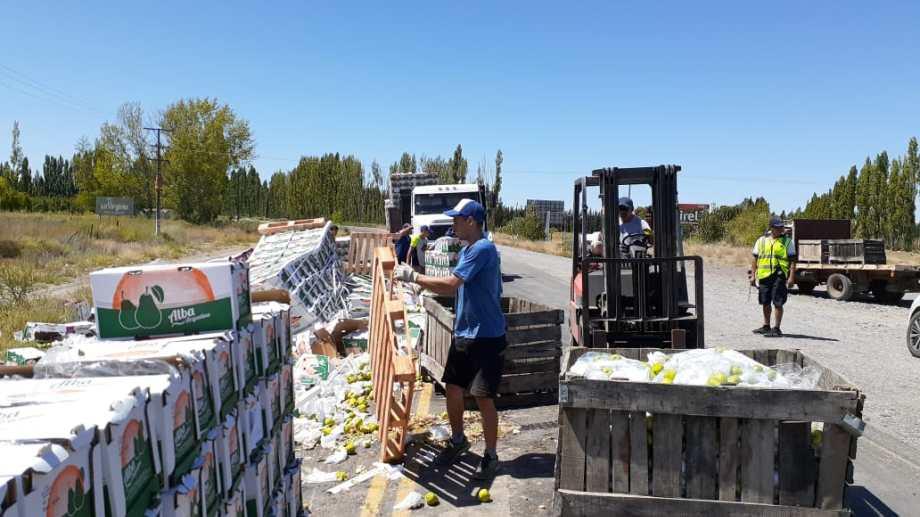 Un camión volcó su carga sobre Ruta 22 cerca de Cervantes