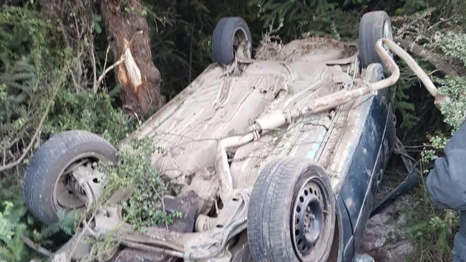 Cuatro jóvenes resultaron heridos tras volcar en la banquina sobre Ruta 40. (Foto: Gentileza)