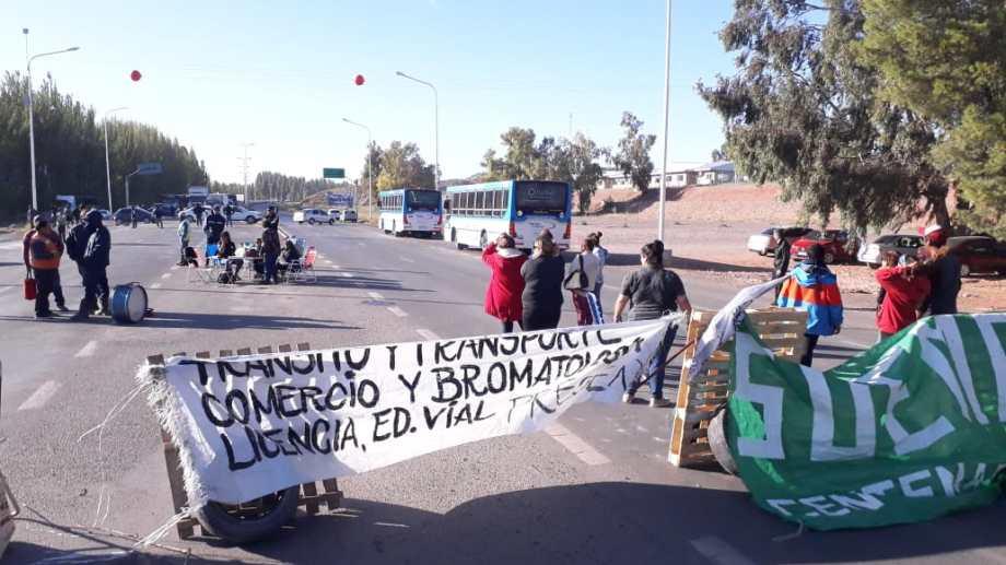 Los trabajadores municipales de Centenario mantienen un paro por tiempo indeterminado. No descartan volver a las rutas. (Foto: Mauro Pérez).-