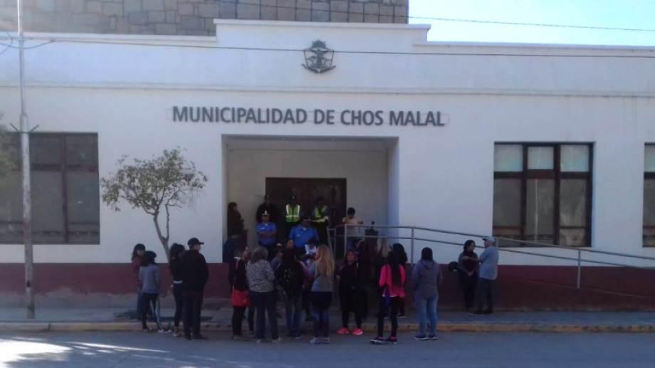 Las mujeres acamparon frente al Municipio y reclamaron ser atendidas por el intendente. (Gentileza).-