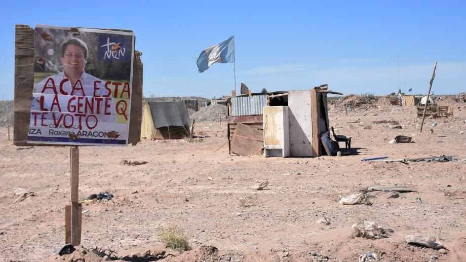En la toma se ubican carteles para llamar la atención de los gobiernos provincial y municipal. Foto: Florencia Salto