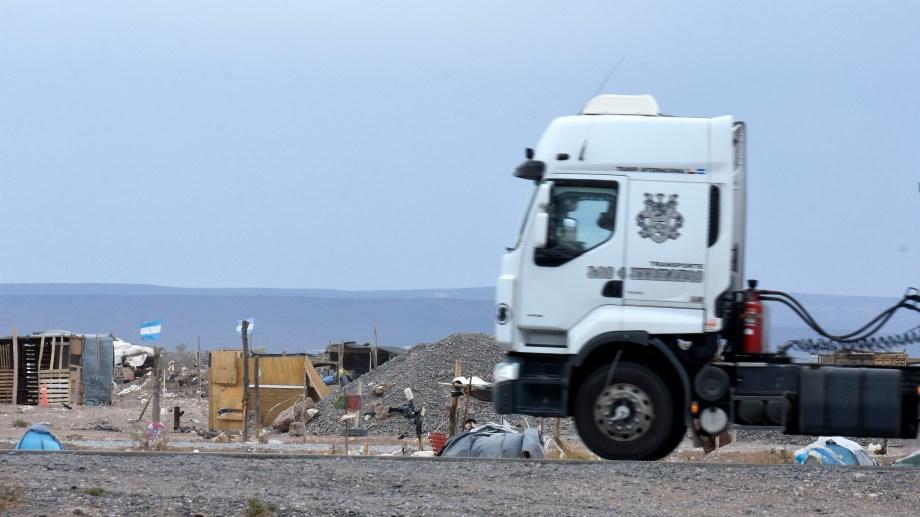 Los terrenos ocupados están junto a la Autovía Norte de Neuquén, ruta habitual de vehículos de la industria petrolera (Florencia Salto)