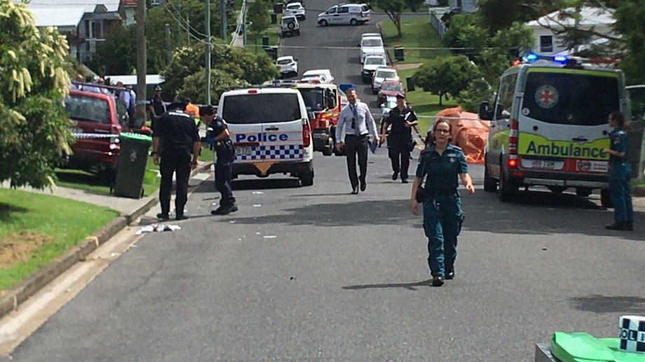 Los equipos de rescate llegaron rápidamente al lugar pero nada pudieron hacer para salvar a los niños que murieron incinerados en el auto.