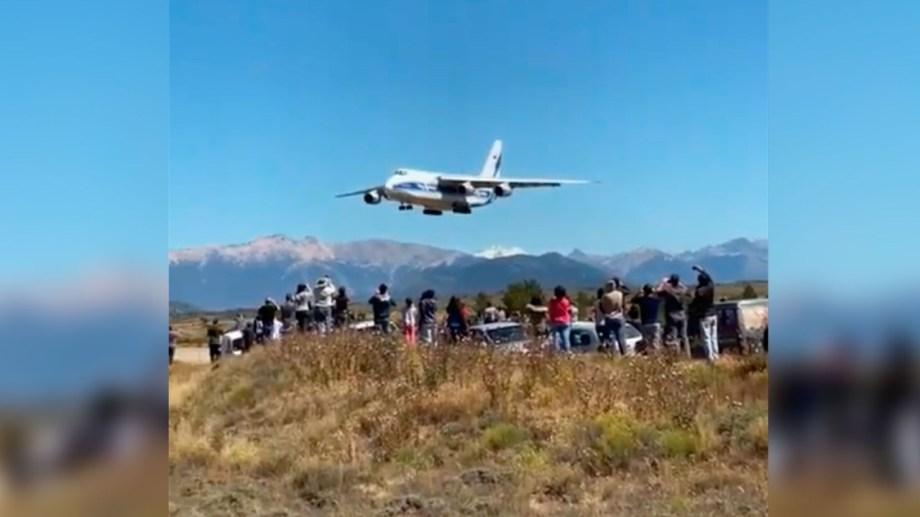 El avión ucraniano llegó ayer a San Carlos de  Bariloche ante la enorme expectativa de los vecinos.