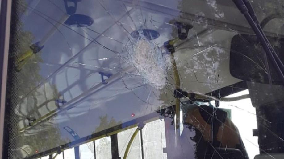 Vidrios de colectivos fueron destrozados  con piedras en un barrio de Bariloche. Gentileza