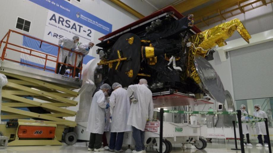 """El Arsat-2 en el """"cuarto limpio"""" de Invap. Foto: Archivo"""