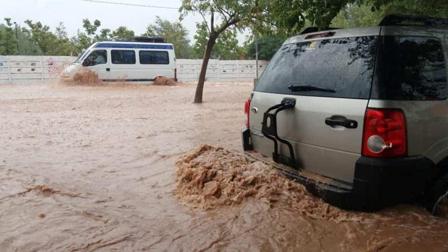 Por las fuertes lluvias muchas calles de RIncón de los Sauces quedaron completamente inundadas. (Foto: Gentileza)