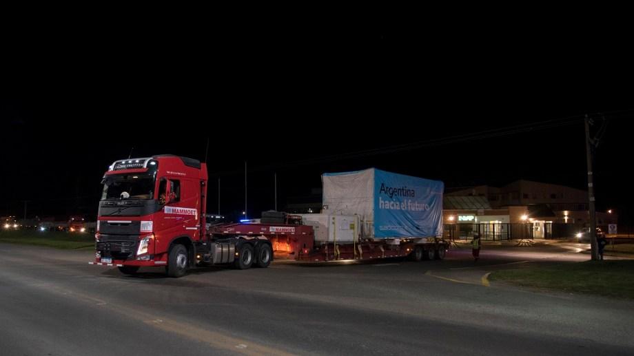 Gendarmería Nacional y personal de la PSA custodiaron la salida de los ocho camiones desde Invap al aeropuerto.