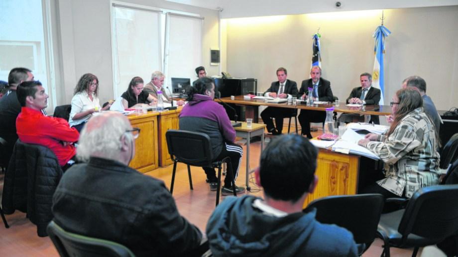 Los imputados escucharon, sentados en la primera fila de la sala, el relato de las víctimas en la primera jornada del juicio. Foto: Alfredo Leiva
