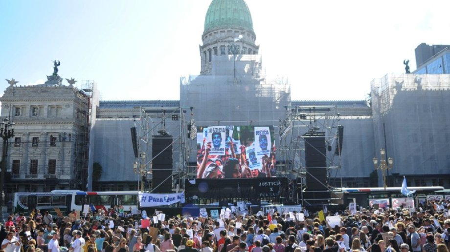 La marcha tiene lugar en la Plaza del Congreso. (Foto gentileza Clarín)