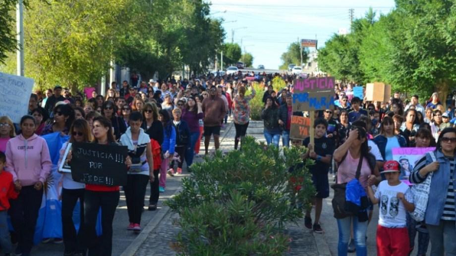 La columna recorría los principales puntos de la localidad. Foto: gentileza Dana Morales para La Opinión Austral.-