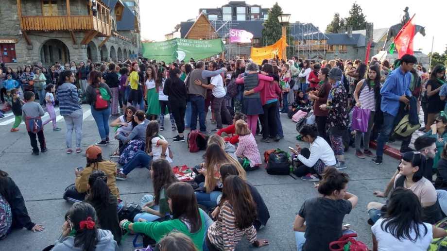 Cientos de mujeres se movilizaron esta tarde de miércoles en el centro de Bariloche a favor del aborto legal y seguro. (Foto Agencia Bariloche)