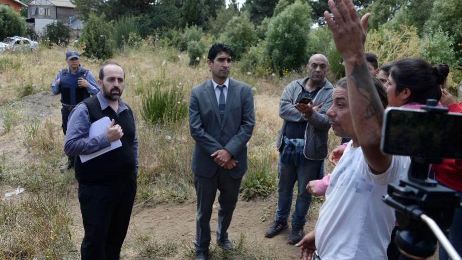 Los ocupantes explicaron al fiscal Tomás Soto y al fiscal adjunto Gerardo Miranda que hay necesidad de acceder a un lote. (Foto: Alfredo Leiva)