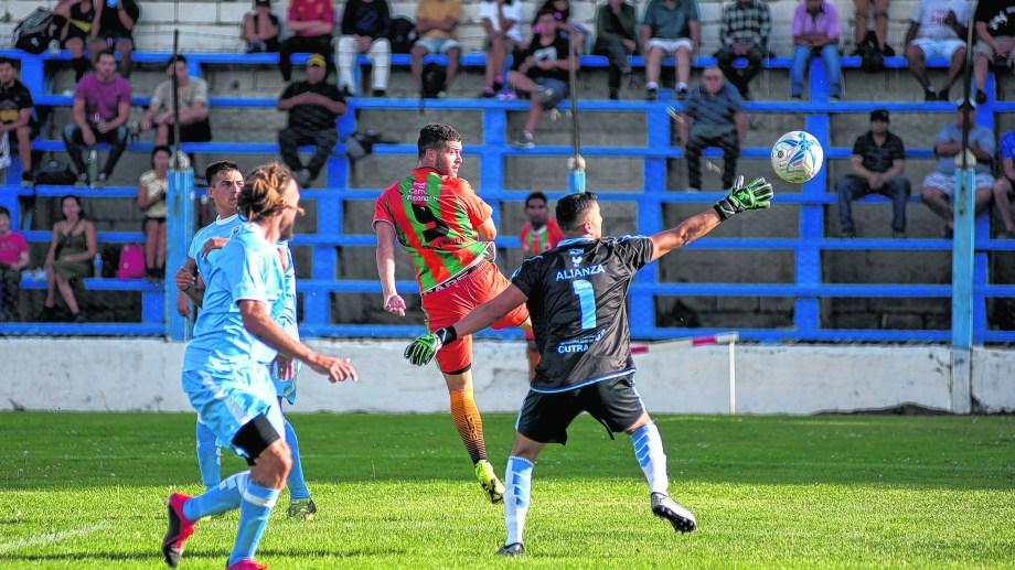 El equipo naranja se hizo fuerte el domingo en el estadio municipal y logró una merecida victoria sobre Alianza de Cutral Co. Foto: archivo