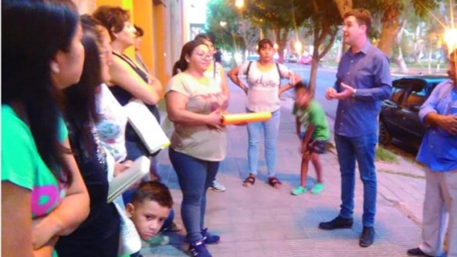 Padres de alumnos de la escuela 232 se reunieron con el legislador Berros. (Foto gentileza)