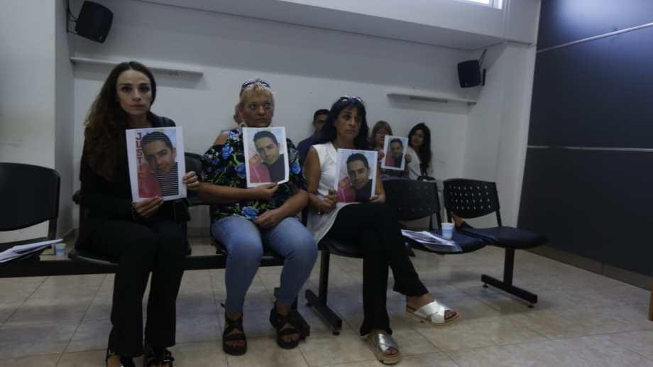 Familiares de Santiago Sagredo en la sala 1 del edificio judicial. Foto: Juan Thomes.
