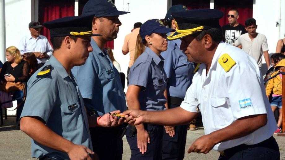 Más de un centenar de policías recibieron sus insignias. Foto: Marcelo Ochoa