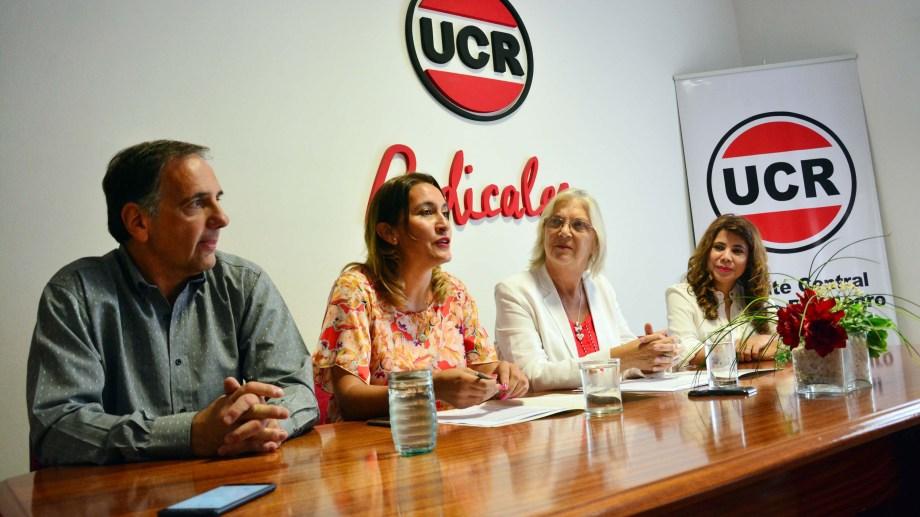 La presidenta de la UCR rionegrina, Lorena Matzen, firmó un convenio de capacitacion con la fundacion Alem. Foto: Marcelo Ochoa.