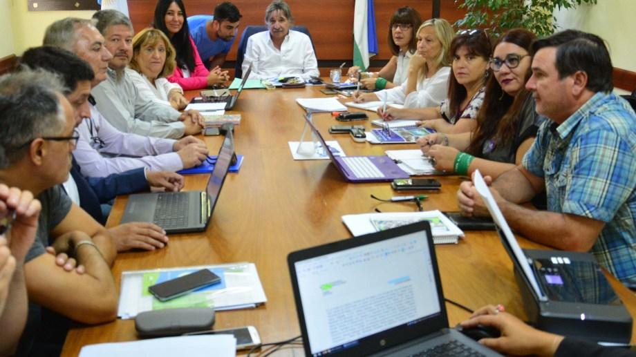 Funcionarios y docentes están reunidos en Trabajo. Fotos: Marcelo Ochoa