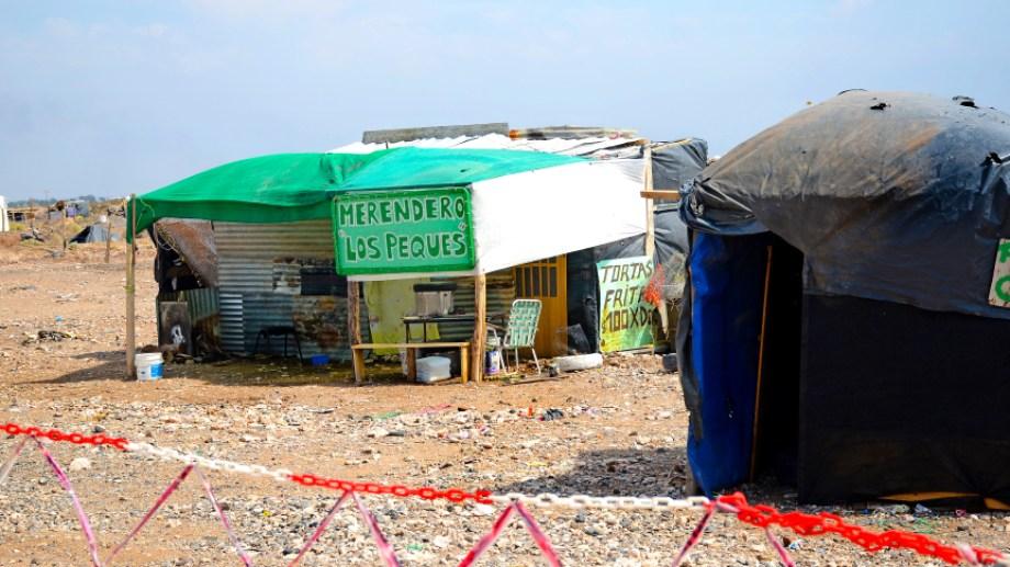 El viento y el calor es lo más duro del clima, dicen desde la ocupación en la meseta. (Foto: Mauro Pérez)