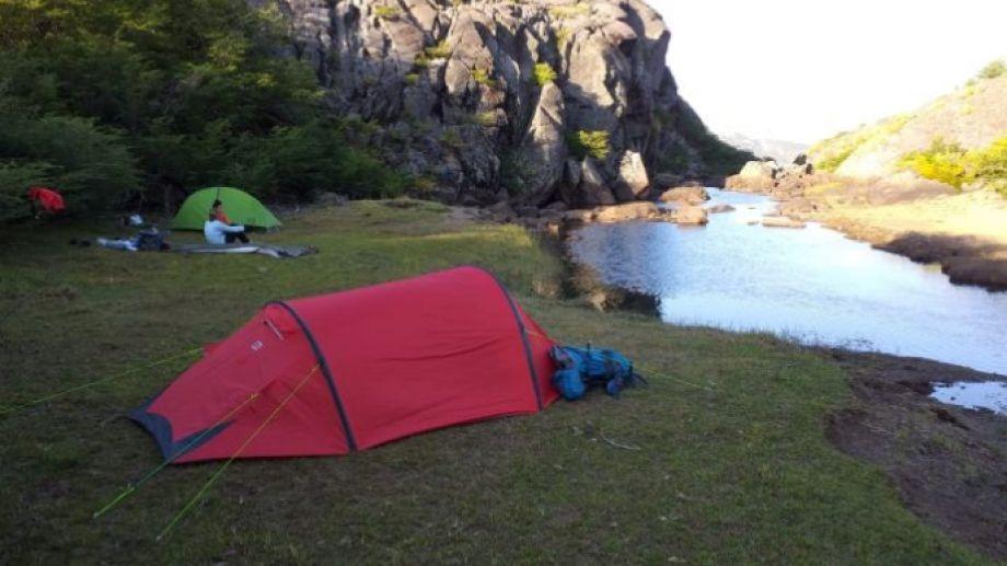 El campamento junto a un arroyo que nace en la laguna Chaquira.  Fotos: Luis Bartani