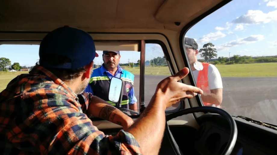 Siga siga. Tensión en el control en Gualeguaychú, donde llegaron escoltados por la policía. Y un solo mensaje: tenían que irse. Pero en ningún pueblo los dejaron entrar. Fotos: Kombi familia sobre ruedas.