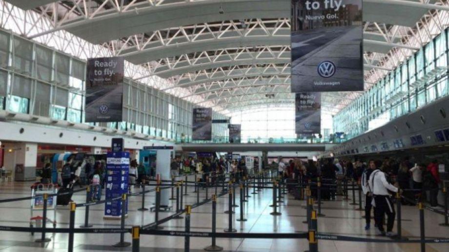 Las personas llegaron hasta el aeropuerto de Ezeiza; ahora deberán cumplir con el aislamiento. Foto: archivo.-
