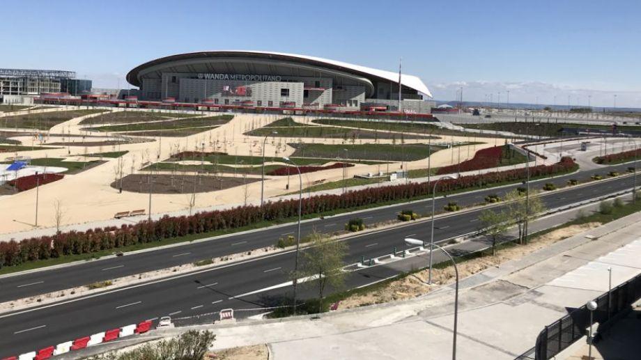 El parque frente al estadio del Atlético de Madrid, La Wanda Metropolitano, a esta hora (13:39) estaría lleno de familias y la carretera con tránsito continúo. #QuedateEnCasa