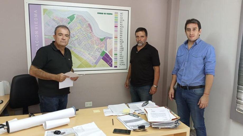 Pesatti junto a funcionarios del municipio de Viedma.