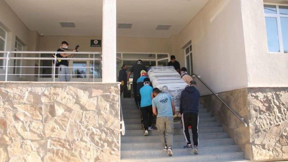 El mobiliario del hospital se montó junto con personal del municipio. Foto: gentileza.
