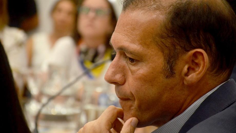 El gobernador Omar Gutiérrez brindó ayer una conferencia de prensa para informar sobre la postergación de actividades por el coronavirus. Foto Yamil Regules