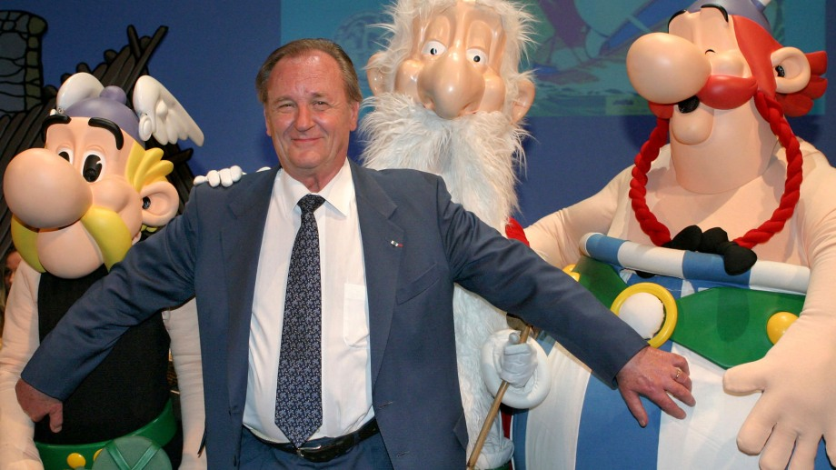 Albert Uderzo junto a sus famosos personajes Asterix, el druida Miraculix y Obelix.