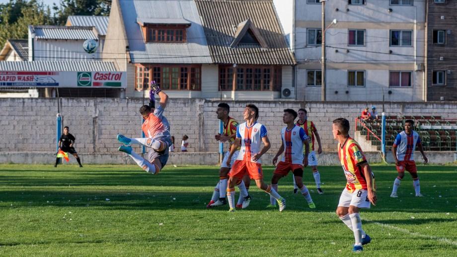 El partido entre Cruz del Sur y Deportivo Roca fue intenso y no se sacaron ventajas. (Foto: Marcelo Martínez)