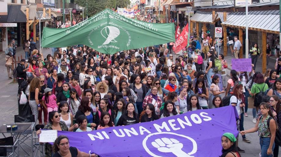 El año pasado, previo al inicio del aislamiento por la pandemia, miles de mujeres se manifestaron en Bariloche. Archivo