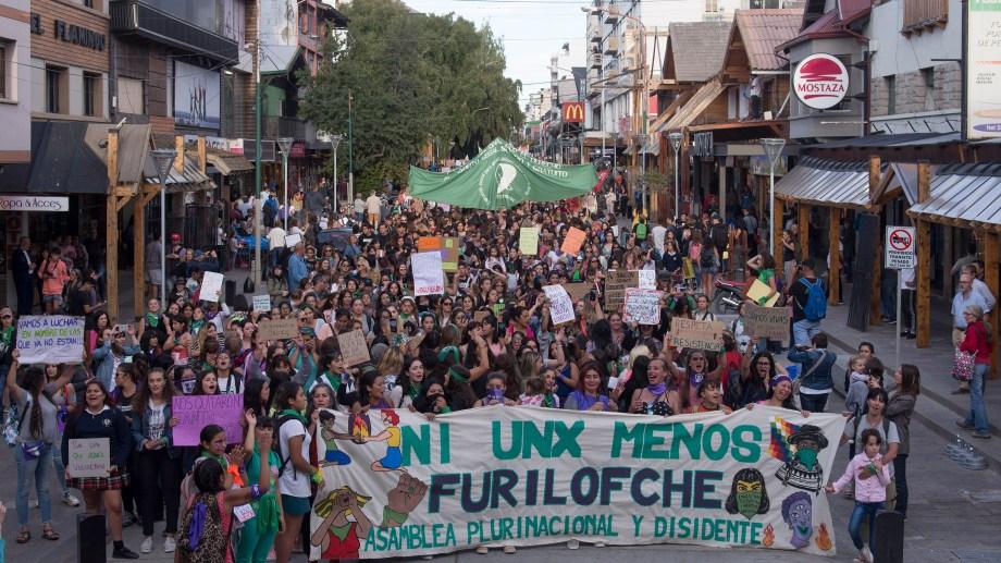 Miles de mujeres en Bariloche contra la violencia machista. Foto: Marcelo Martinez