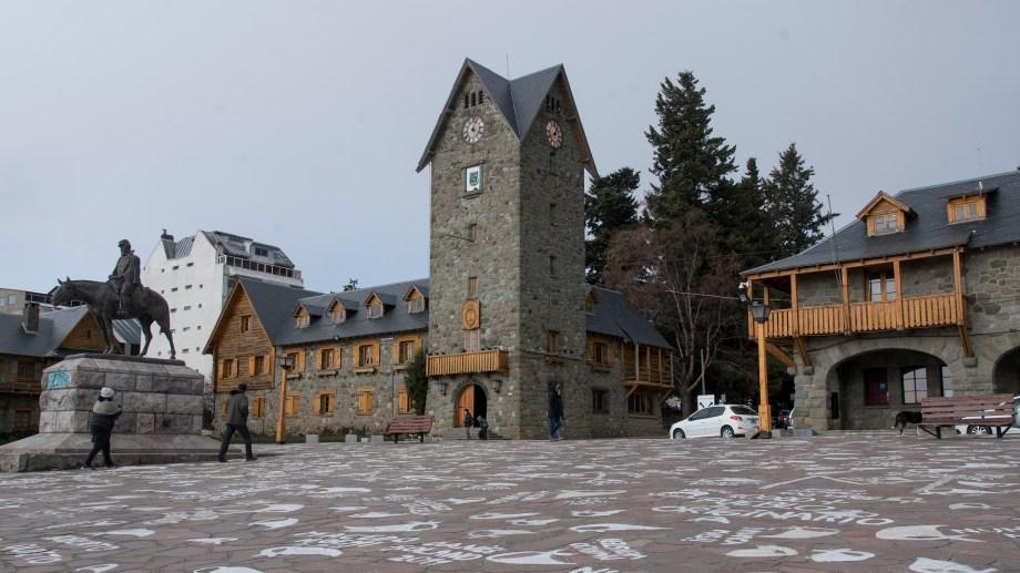 Los mayores de 60 años forman parte del grupo de empleados municipales exceptuados de trabajo presencial en Bariloche. Archivo