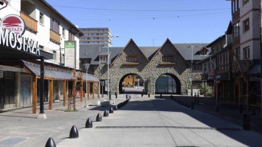 Las calles céntricas de Bariloche lucen vacías. Los comercios habilitados abren de 9 a 19. Archivo