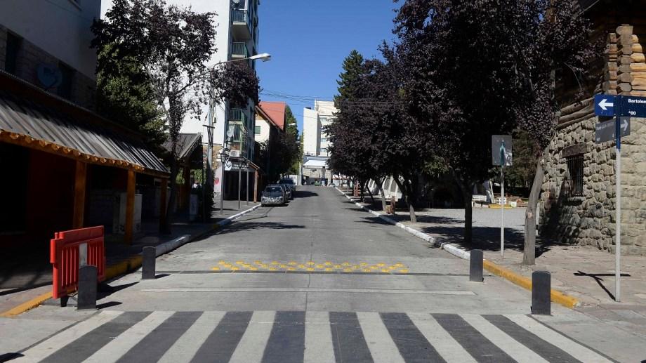 No hay peatones y pocos automovilistas se animan a circular por Bariloche en medio del aislamiento obligatorio. Foto: Alfredo Leiva